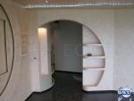Декоративна преграда от гипсокартон с рафтове