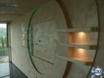 Декоративна стена от гипсокартон с рафтове и скрито осветление